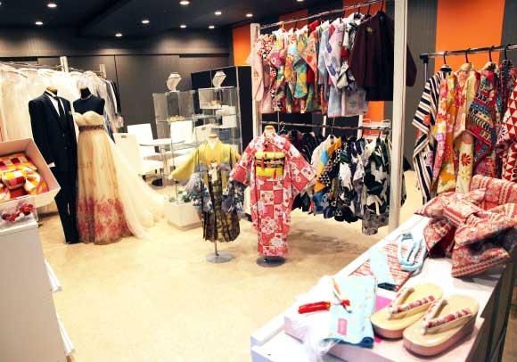 お部屋に入ってすぐに、衣裳展示がしてあります。